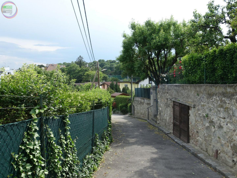 Bild Weg 5 Fußweg zwichen Gärten und Steinmauer